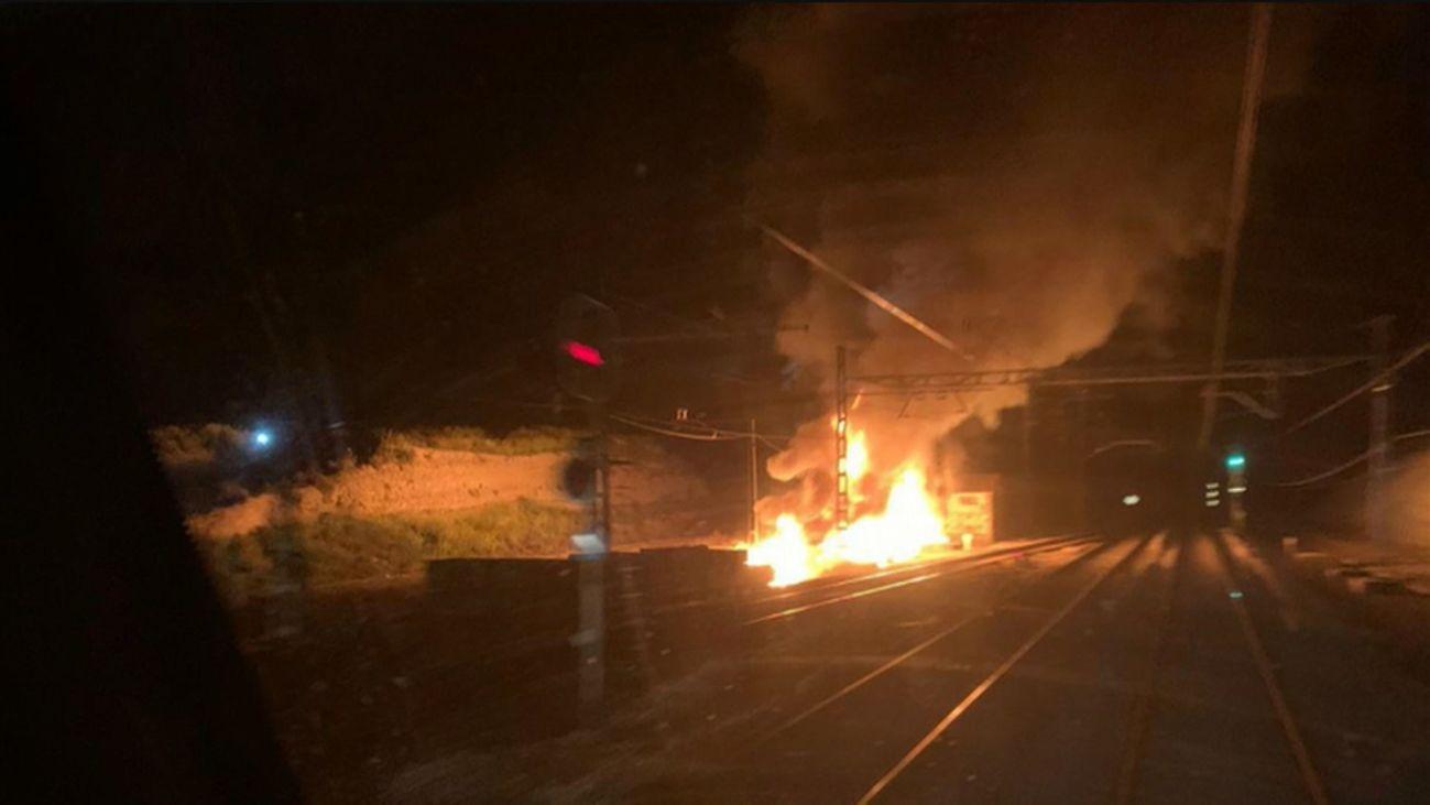 Un incendio en las vías de Cercanías deja 'atrapados' durante horas a decenas de pasajeros en Valdemoro
