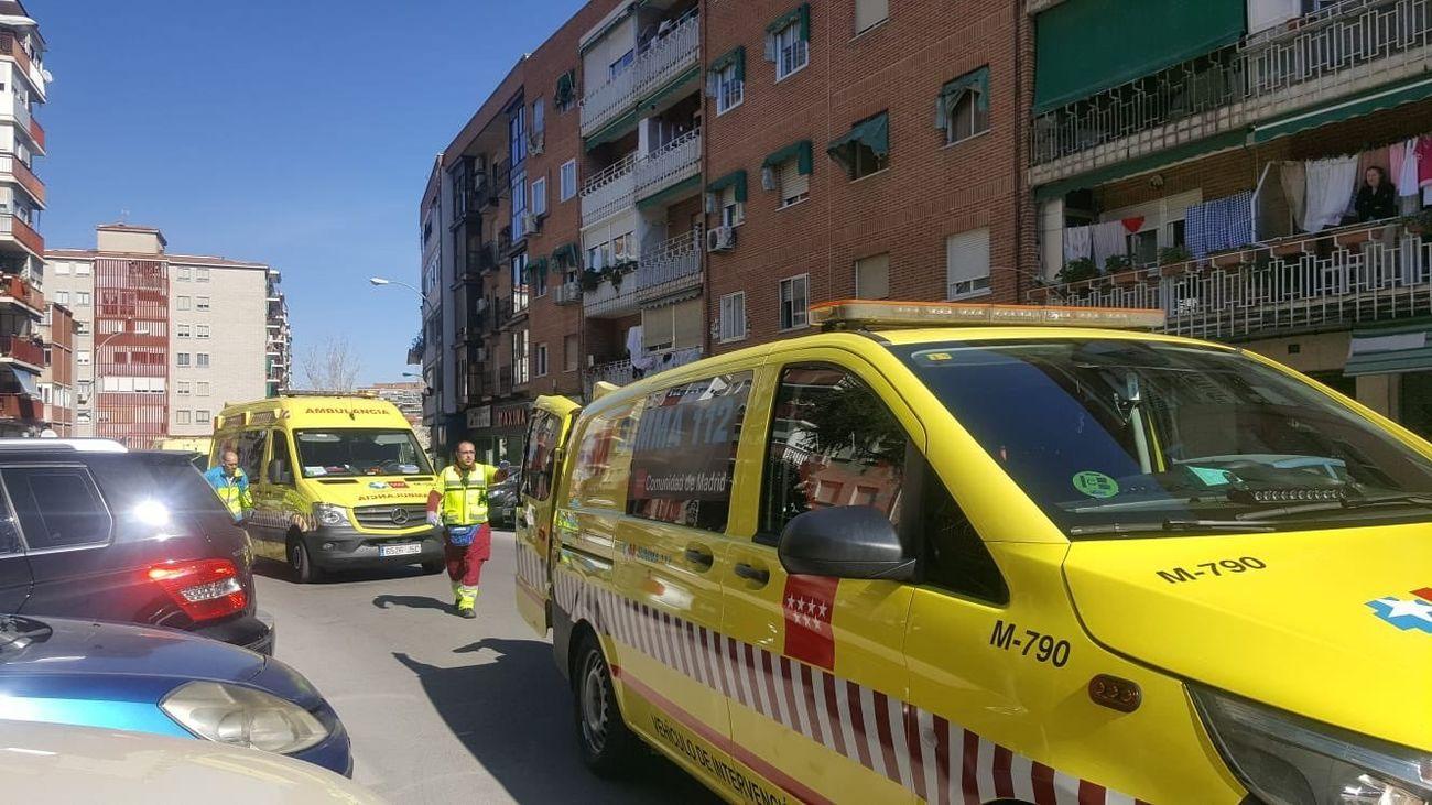 Operarios de ambulancias y Emergencias Madrid acuden a la calle Miguel de Unamuno 11 en Fuenlabrada por otro caso de violencia de género