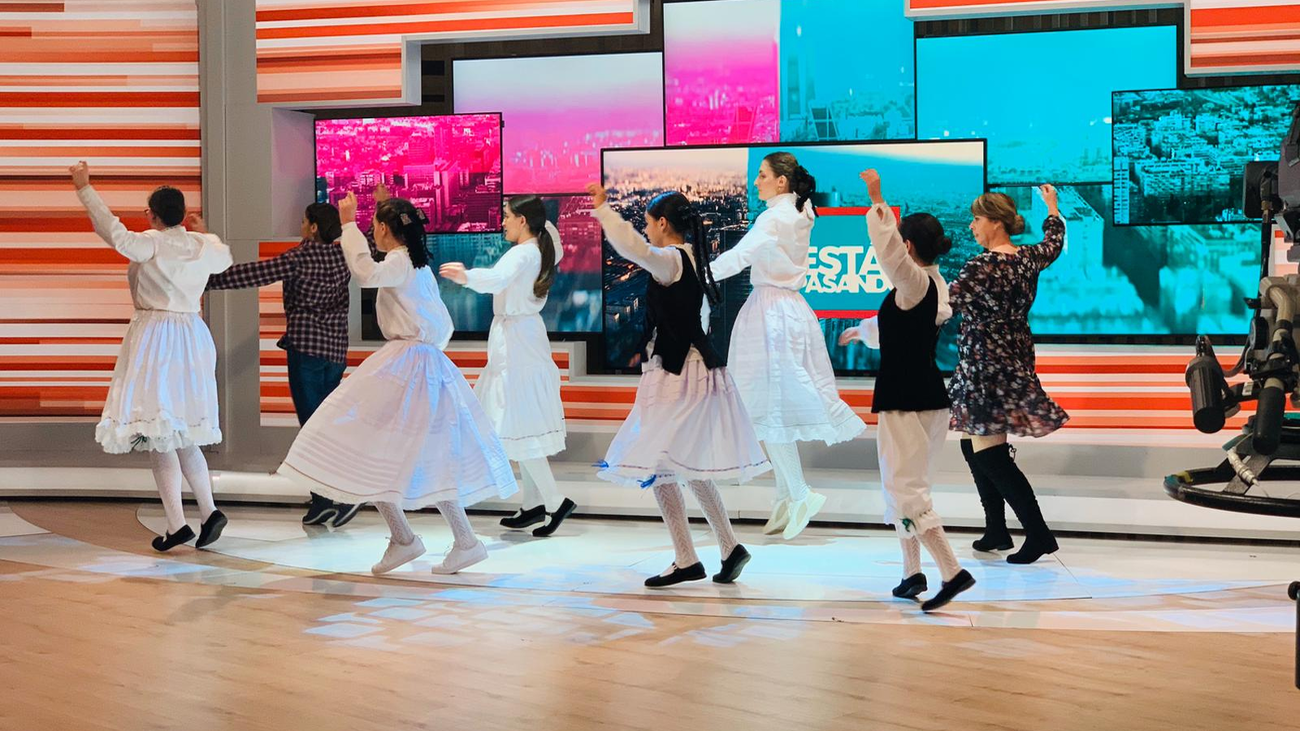 El Grupo de Danza Fresnedillas de la Oliva baila una jota tradicional