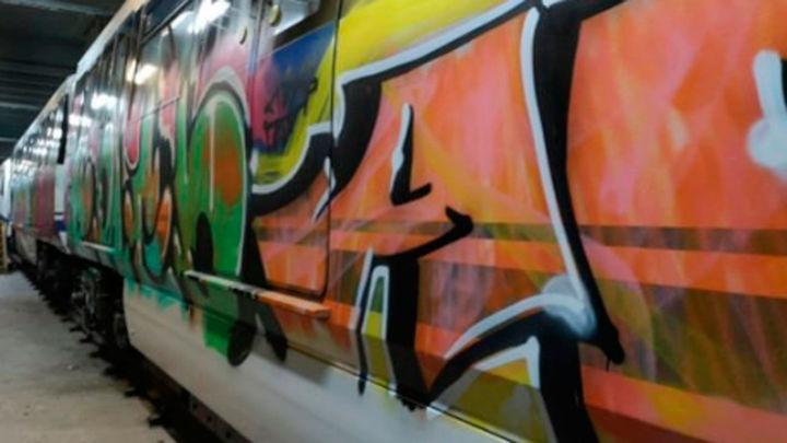 Un grupo de graffiteros asalta un tren para pintarlo en la línea 12 de Metro de Madrid