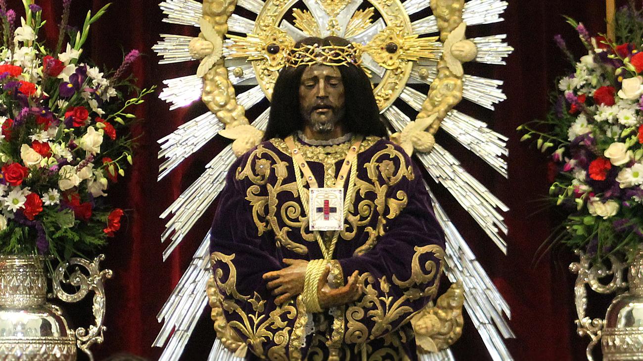 La Basílica del Cristo de Medinaceli se llena de fieles para cumplir con la tradición