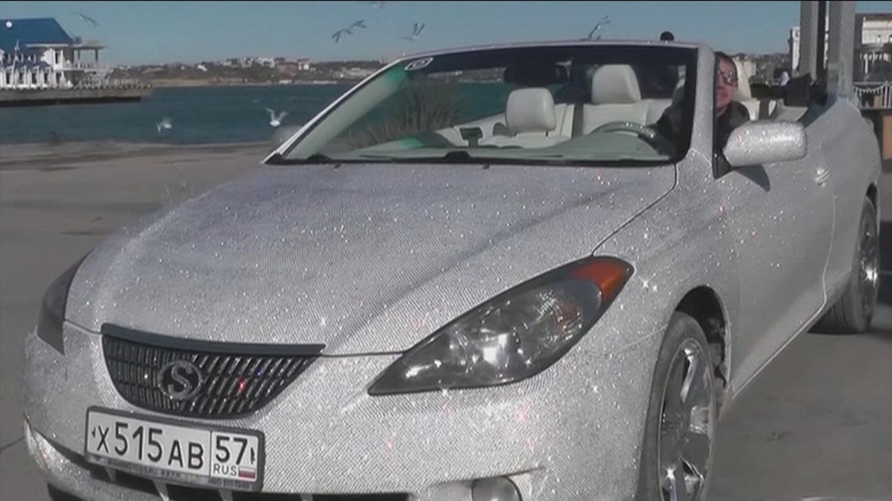 Un coche recubierto de diamantes circula por Sebastopol