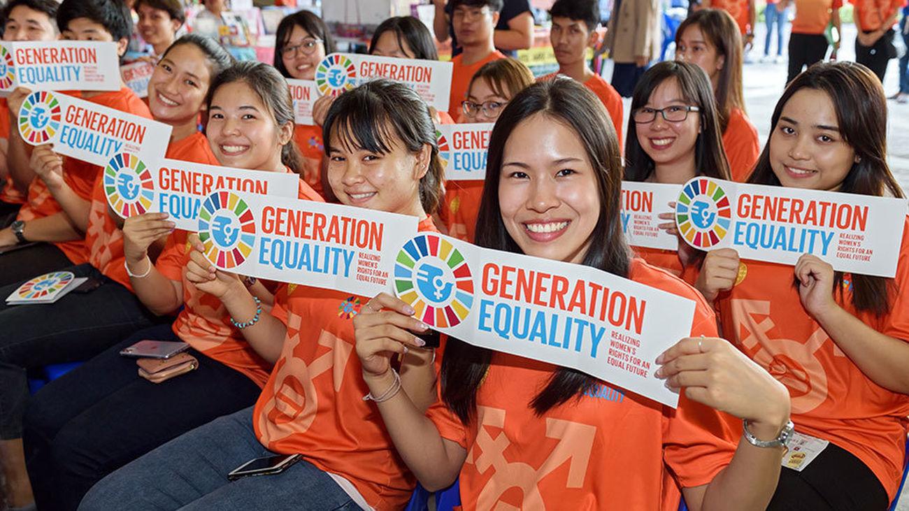 Mujeres tailandesas con el lema del Día Internacional de la Mujer 2020