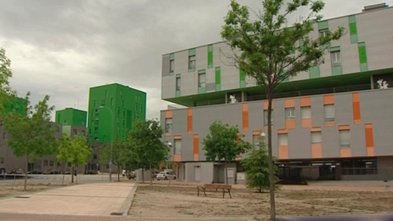 Miles de vecinos de viviendas sociales adeudan 80 millones de euros tras años sin pagar