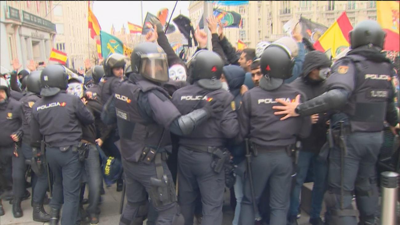 Policías y Guardias Civiles rompen el cordón policial en su manifestación frente al Congreso