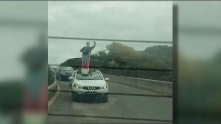 Acusados de un delito de tráfico dos jóvenes de Boadilla al circular con un tobogán subido en el techo del coche