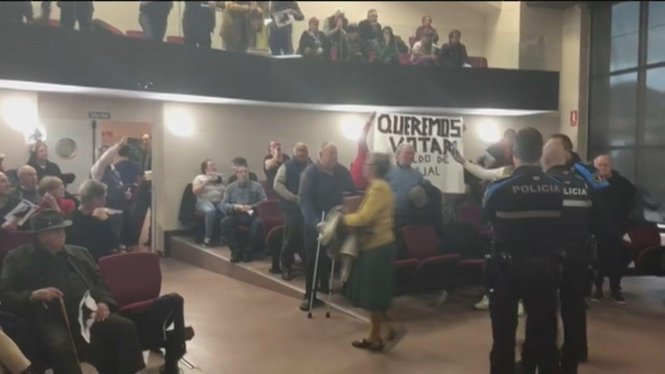 Momento del pleno en el que ha protestado un grupo de vecinos
