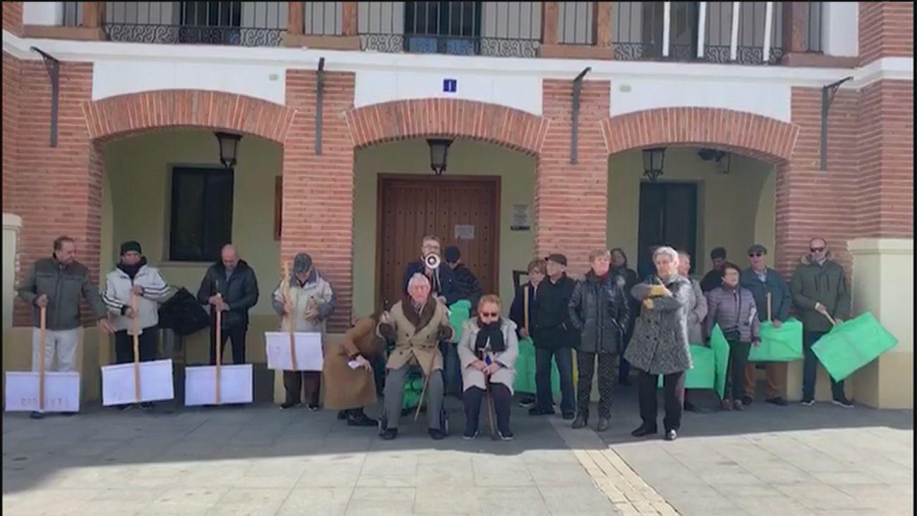 Los vecinos han protestado en varias ocasiones delante del Ayuntamiento