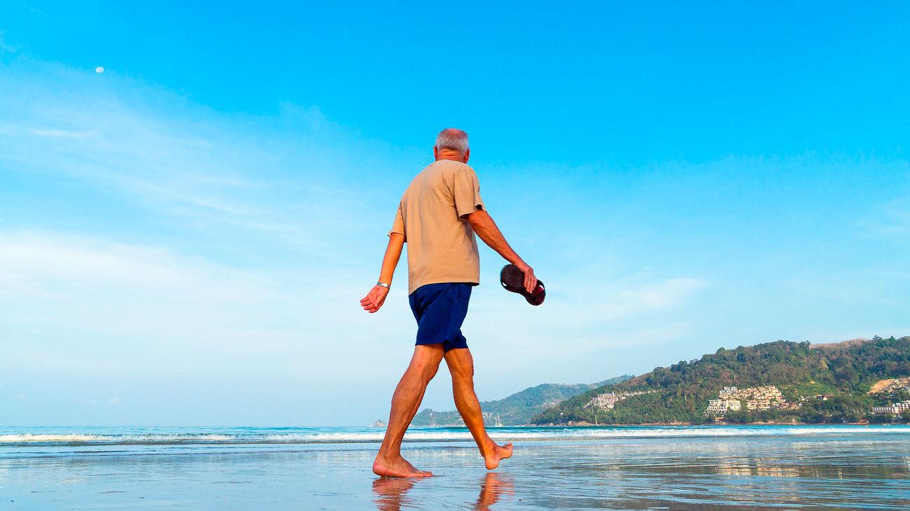 Un hombre pasea por la playa