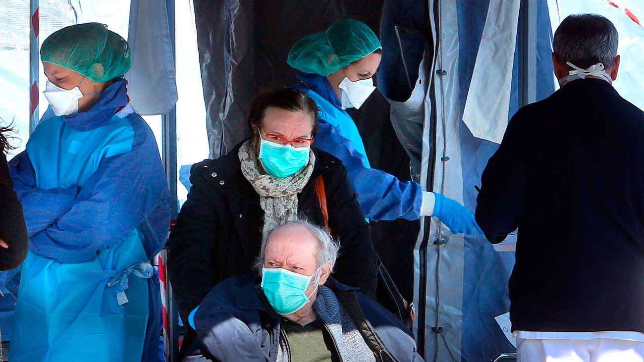 Personal sanitario realiza el test del coronavirus a posibles contagiados