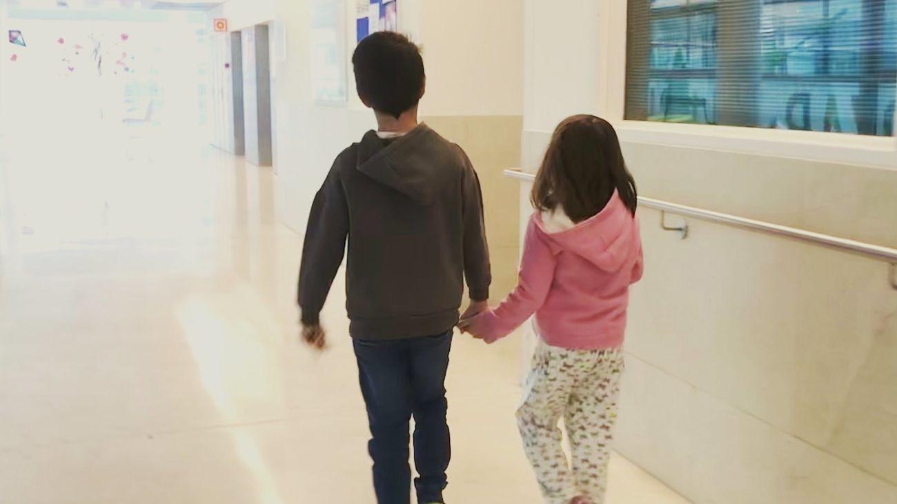 La hija de Hatem Khraiche con su hermano mayor a la salida del hospital