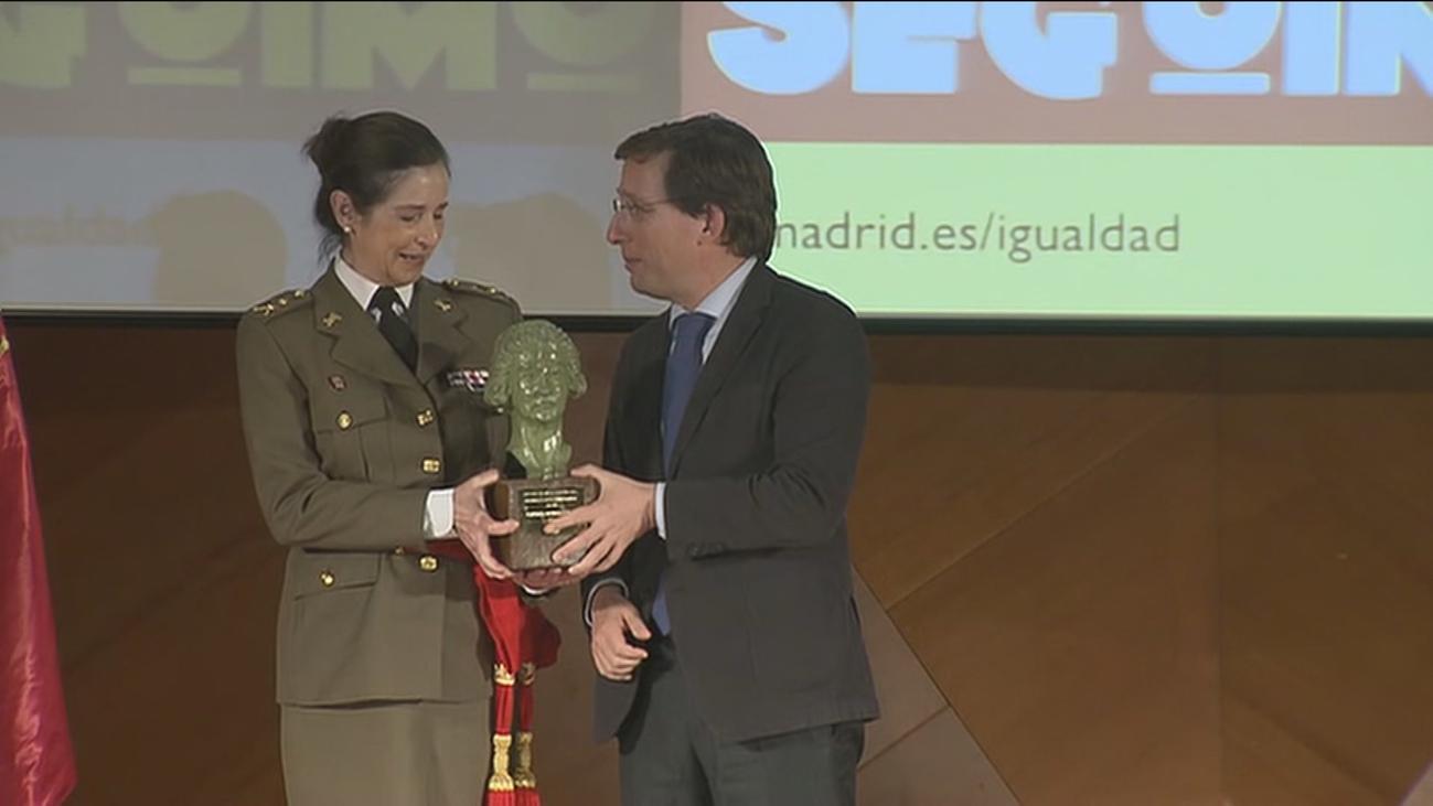 La primera general del Ejército, Patricia Ortega, recibe el premio Clara Campoamor