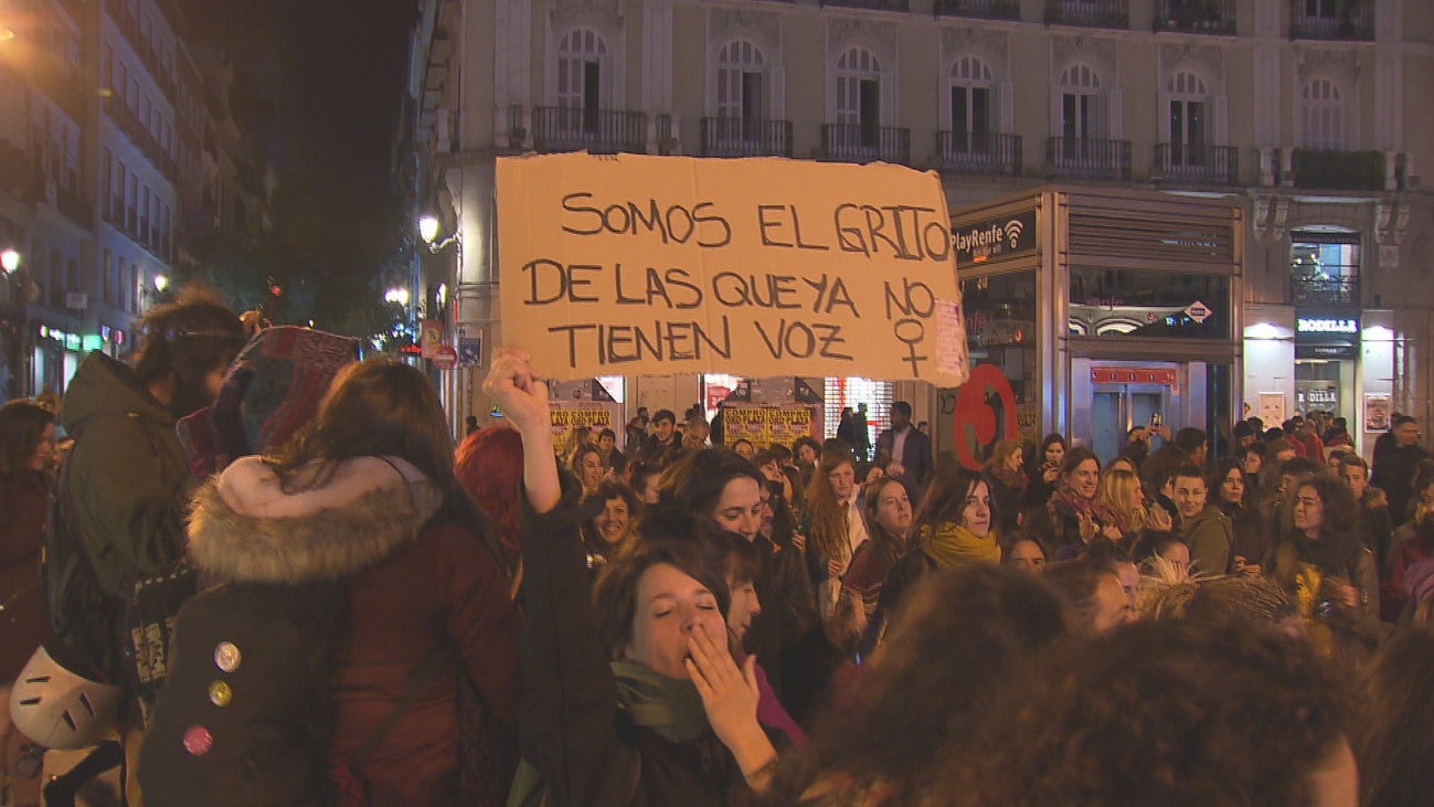 El 8-M arrancó con una cacerolada en la Puerta del Sol