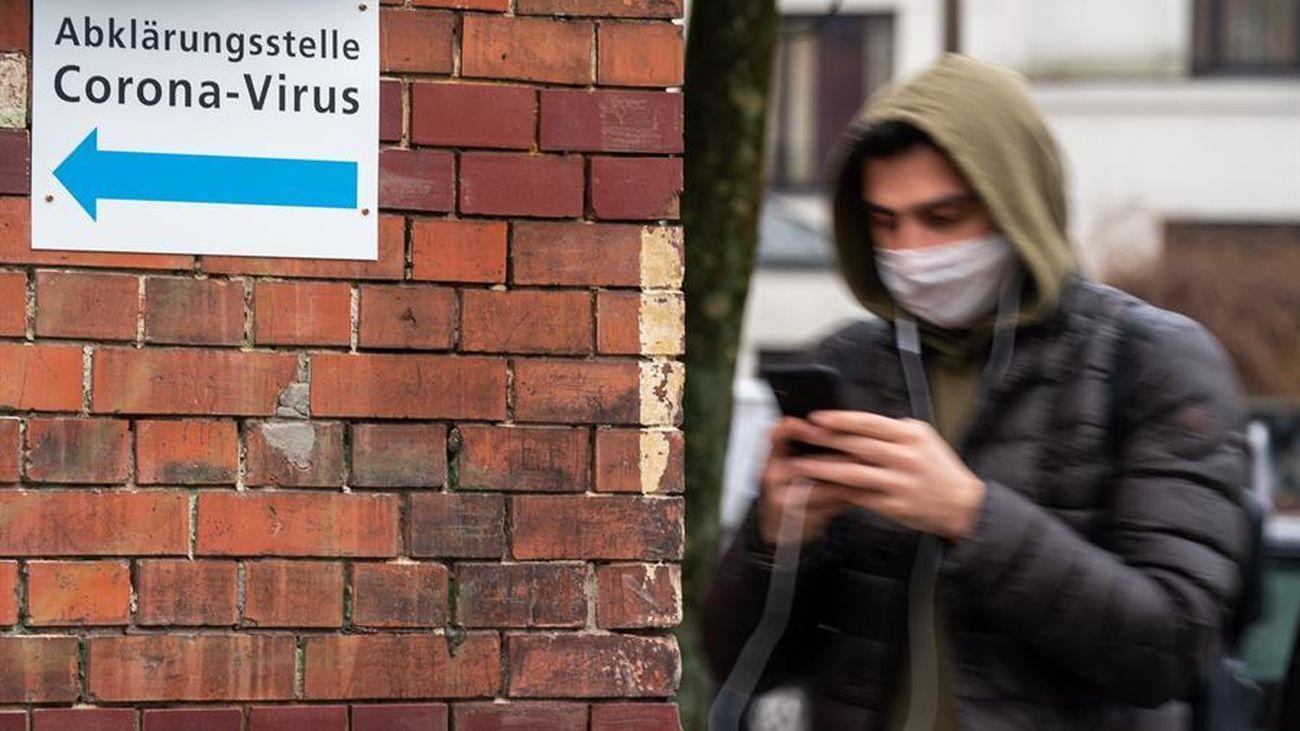 Un joven con mascarilla en Berlín