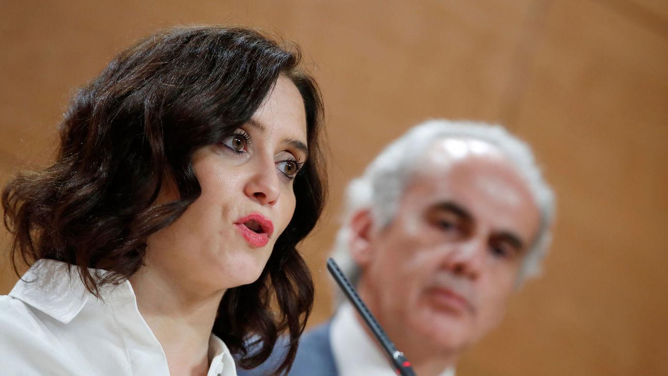 La presidenta de la Comunidad de Madrid, Isabel Díaz Ayuso, junto al consejero de Sanidad, Enrique Ruiz Escudero
