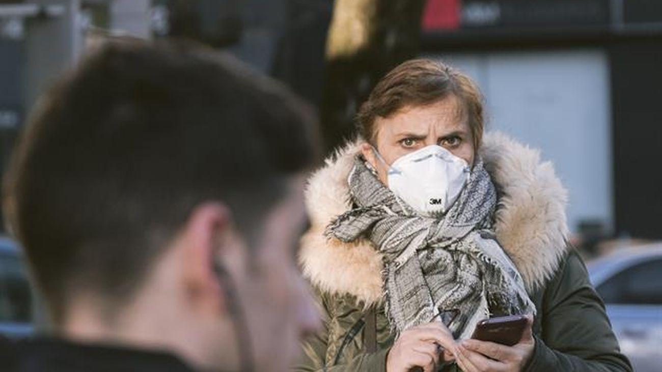 Una persona pasea con una mascarilla contra el coronavirus