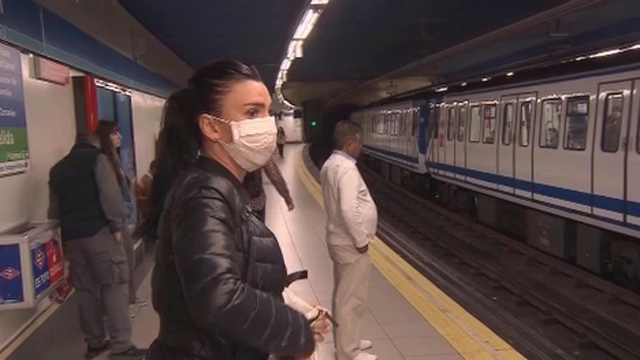 Desinfectan el transporte público en Madrid que registra menos afluencia en el primer día sin colegios