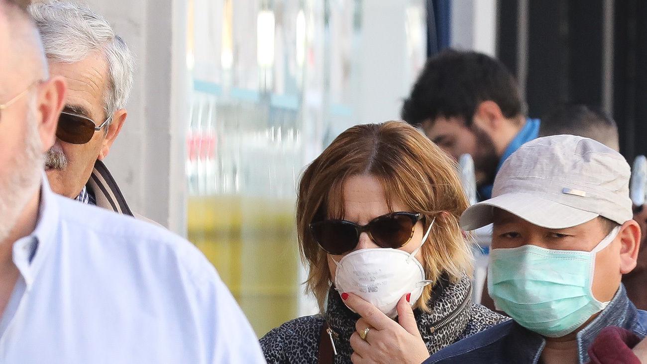 Varias personas pasean con mascarilla como consecuencia del coronavirus, en el barrio de Usera (Europa Press)