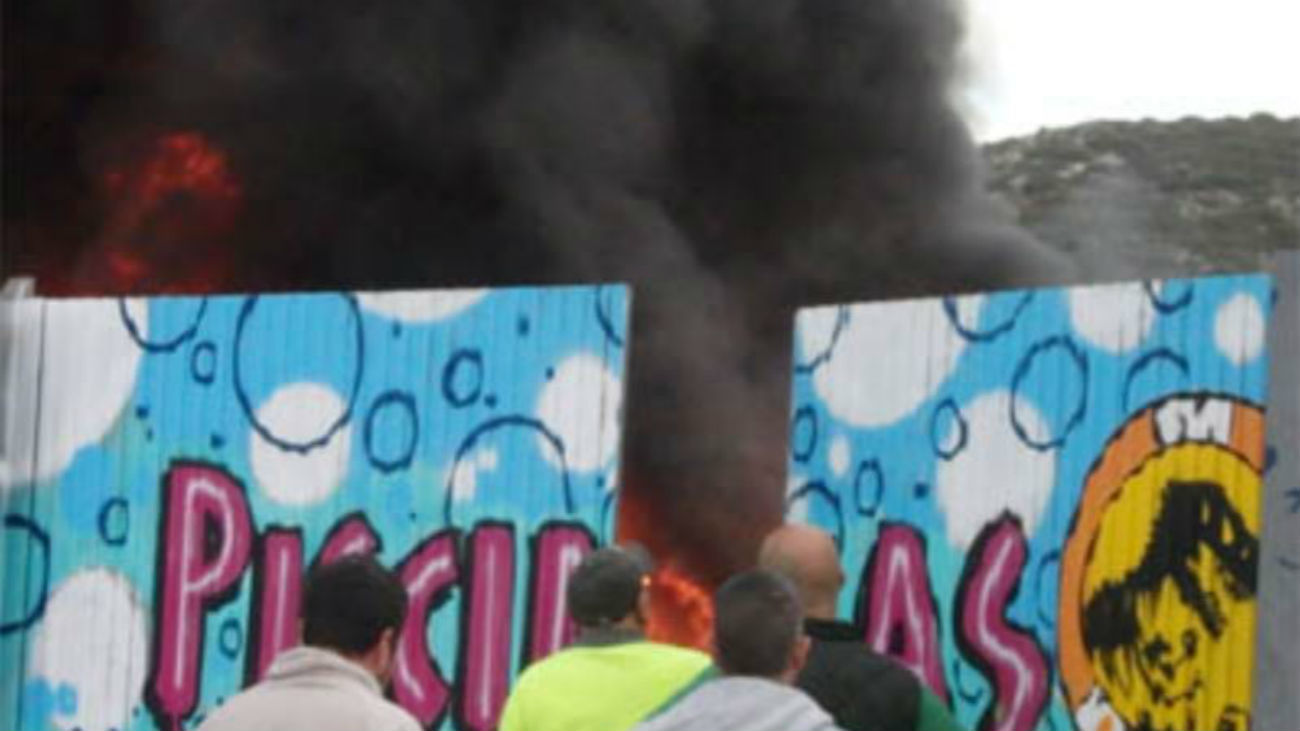 Los bomberos apagan un incendio junto a la piscina municipal de Torres de la Alameda