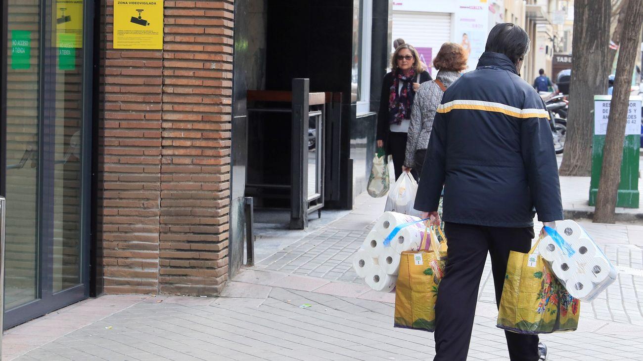 Un hombre sale de comprar de un supermercado