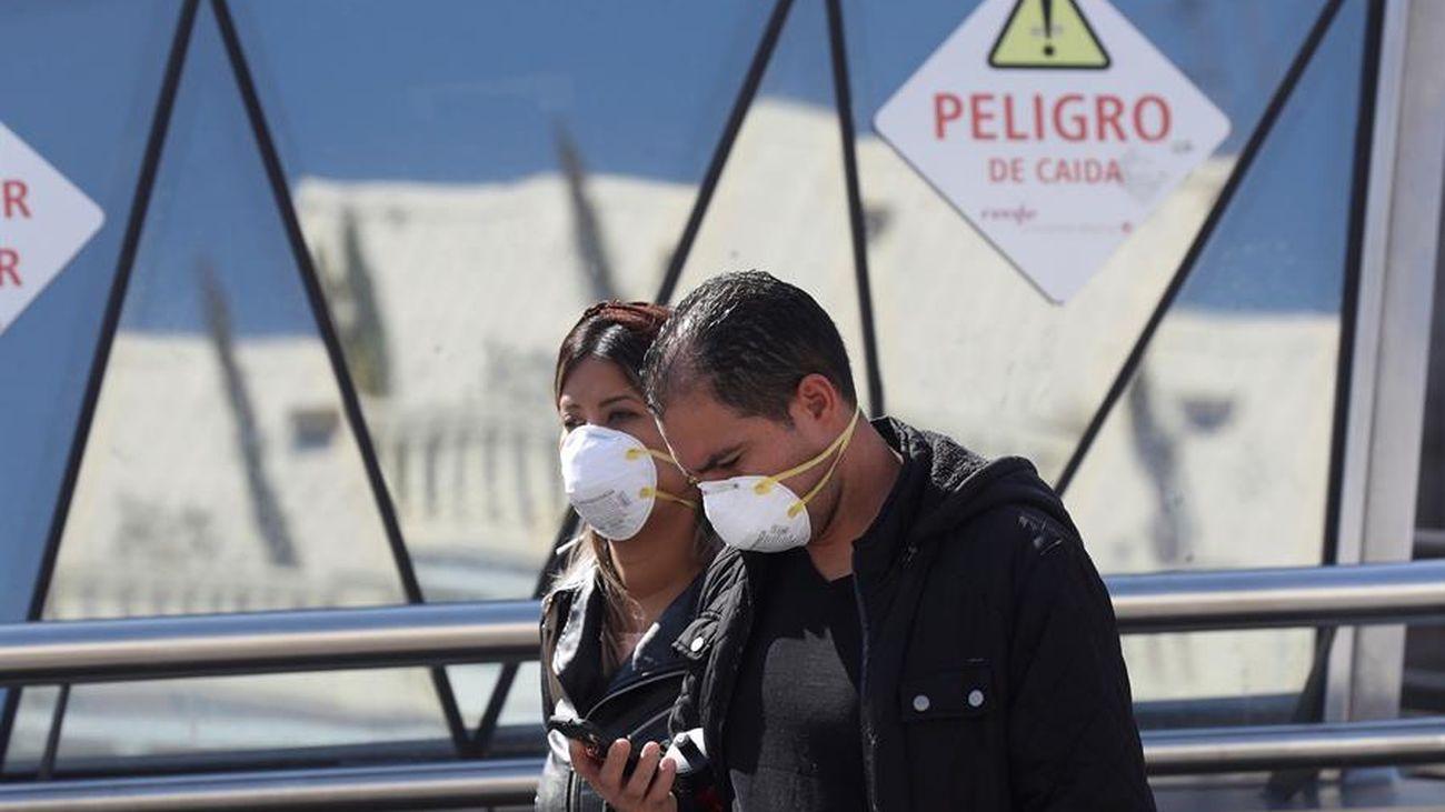 Dos personas con mascarillas contra el coronavirus en Madrid