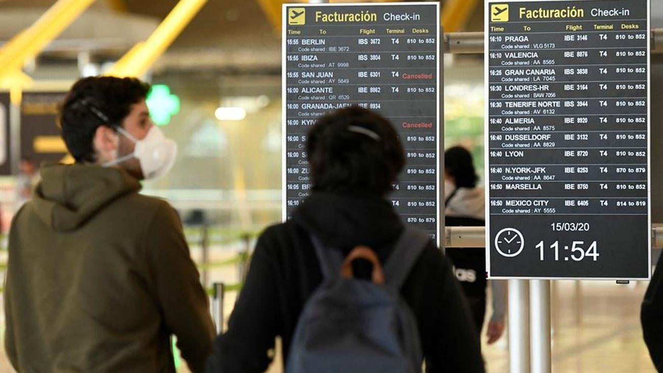 Mirando un panel de vuelos en el aeropuerto de Barajas