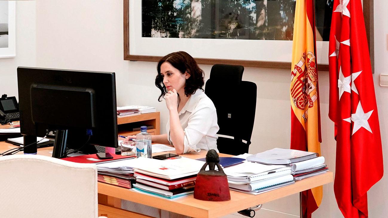 La presidenta de la Comunidad de Madrid, Isabel Díaz Ayuso, en su despacho