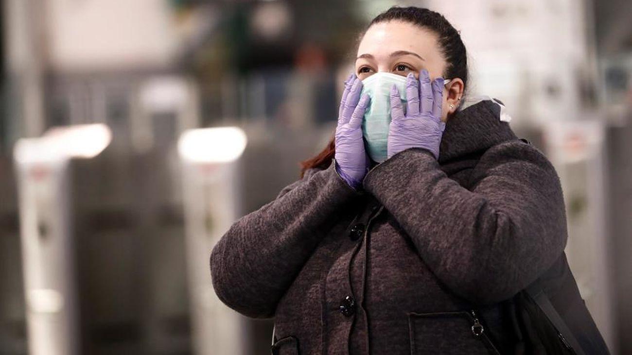 Una mujer, con una mascarilla contra el coronavirus