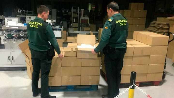 La Guardia Civil requisa 13.000 mascarillas en el aeropuerto de Barajas
