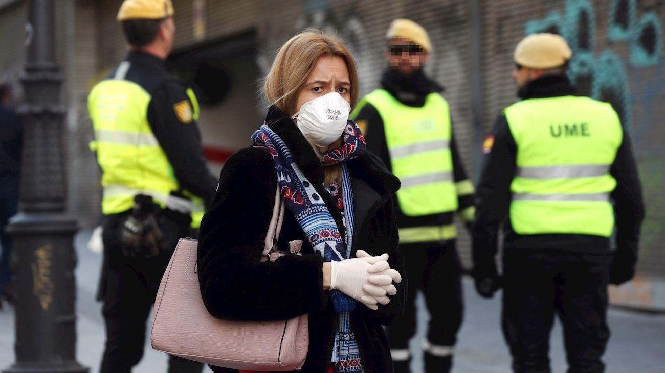 Una mujer protegida contra el coronavirus