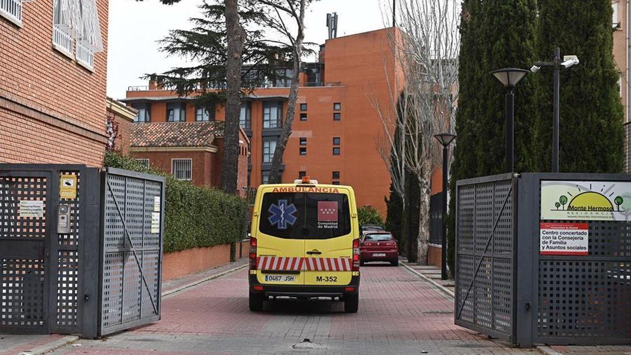 Una ambulancia entra en una residencia de mayores de Madrid donde se han producido un gran número de muertes por coronavirus