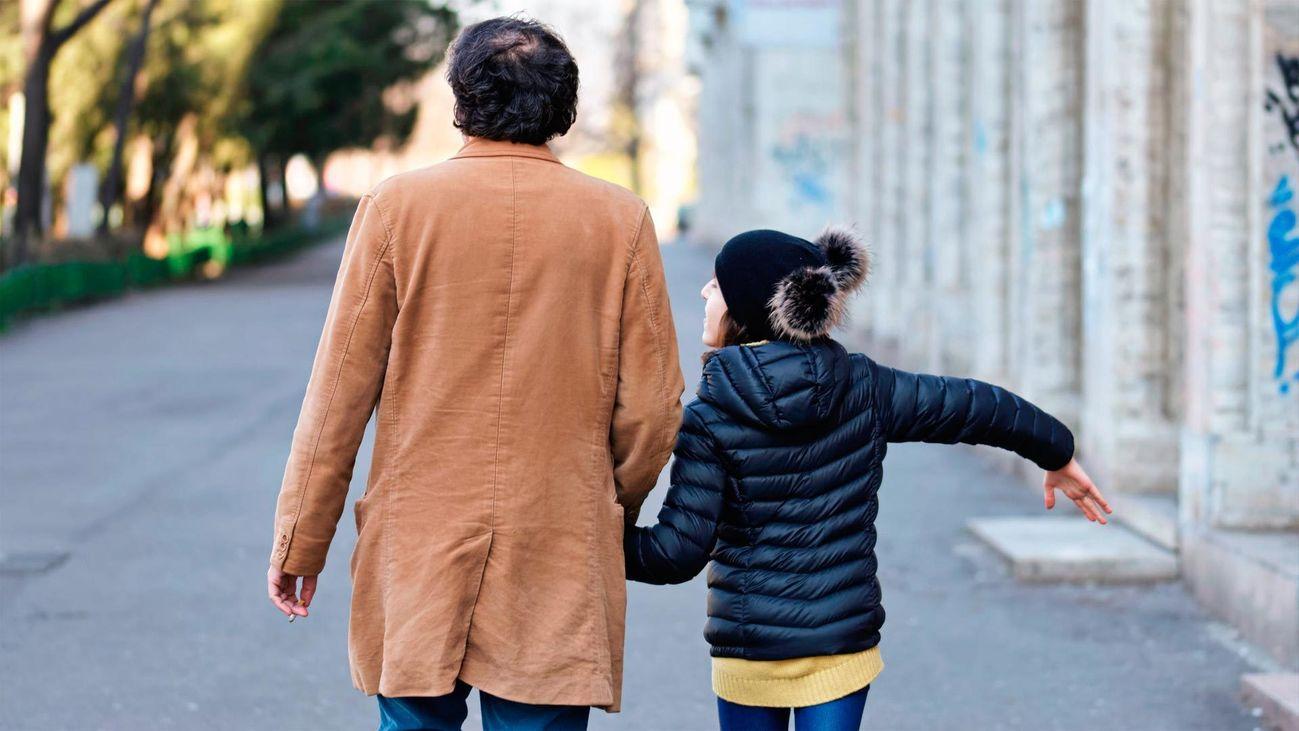 Dos personas pasean por la calle