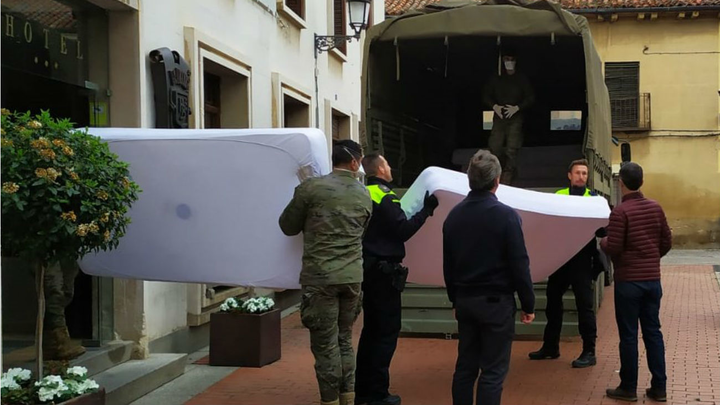 El Hospital Príncipe de Asturias recibe 45 camas de dos hoteles de Alcalá de Henares