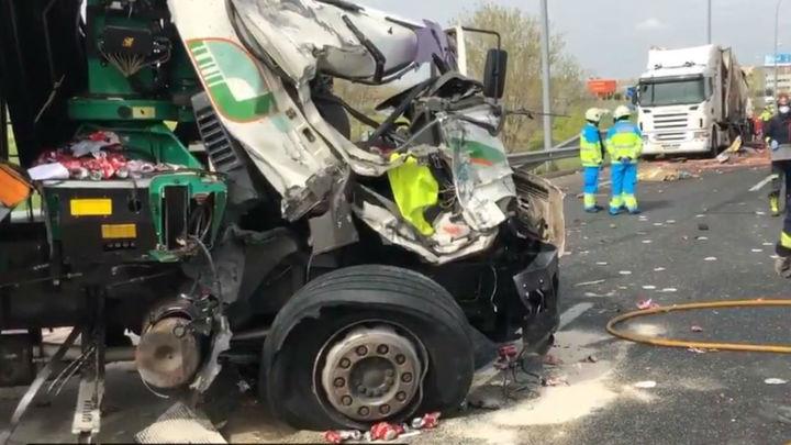 Muere el conductor de un camión atropellado por otro camión en la M-45, en Leganés