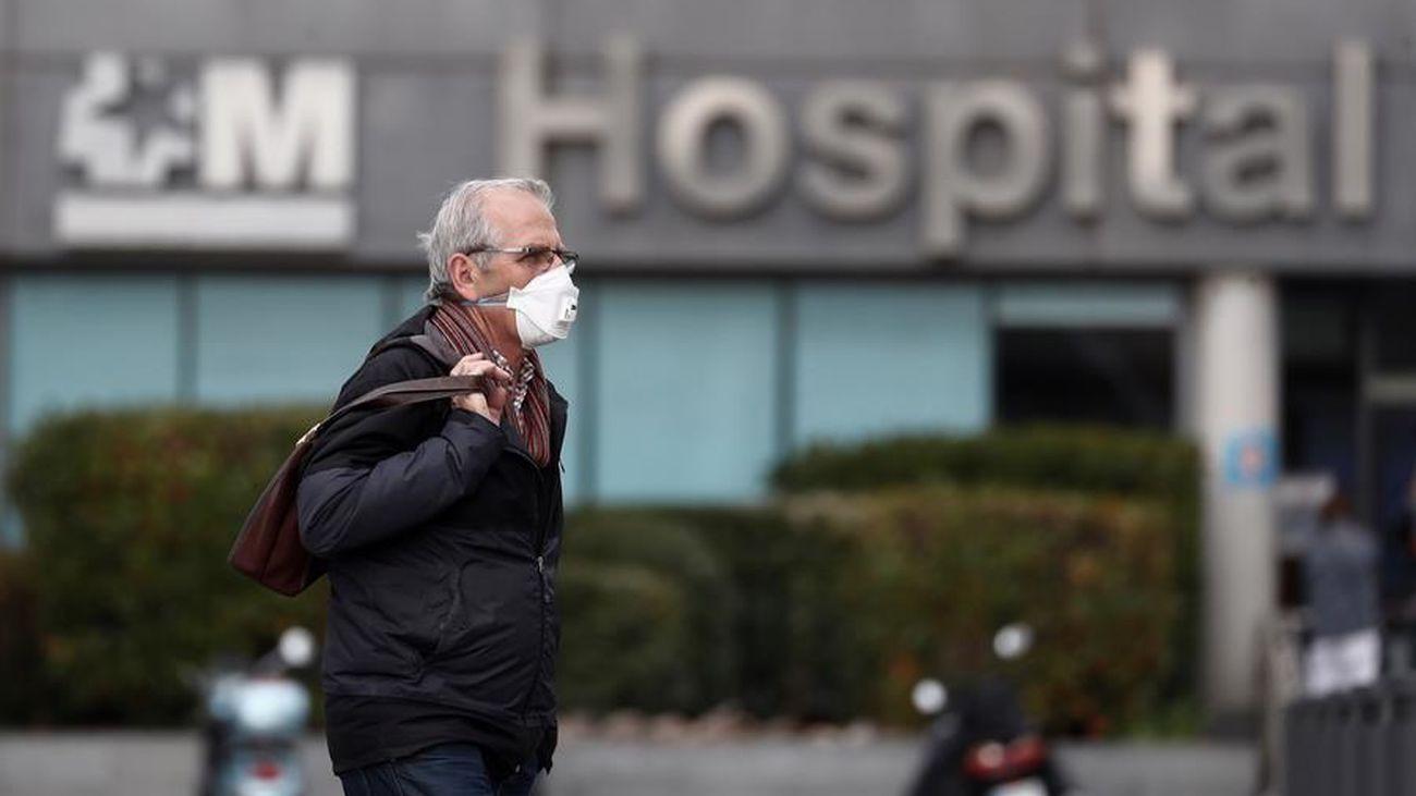 Un hombre camina ante un hospital madrileño
