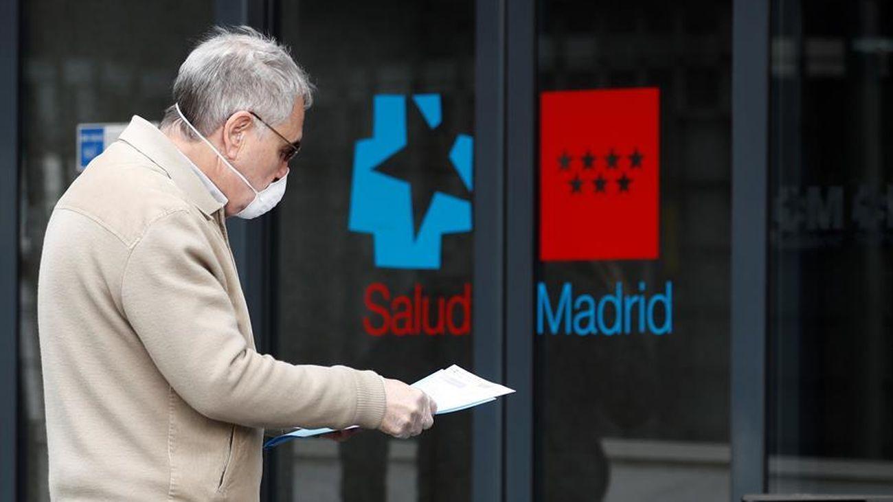 Un hombre con mascarilla entra en un hospital de Madrid
