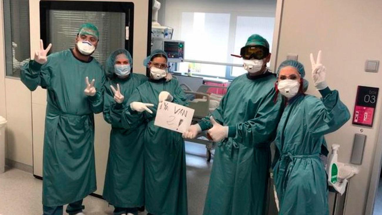Personal sanitario de La Paz, en Madrid, celebrando el segundo paciente curado de coronavirus en UCI del hospital