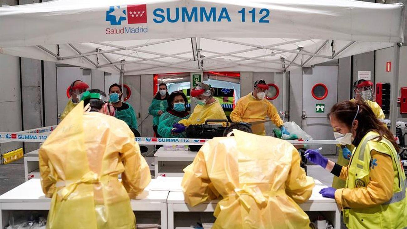 Sanitarios trabajando en el hospital de campaña de Ifema