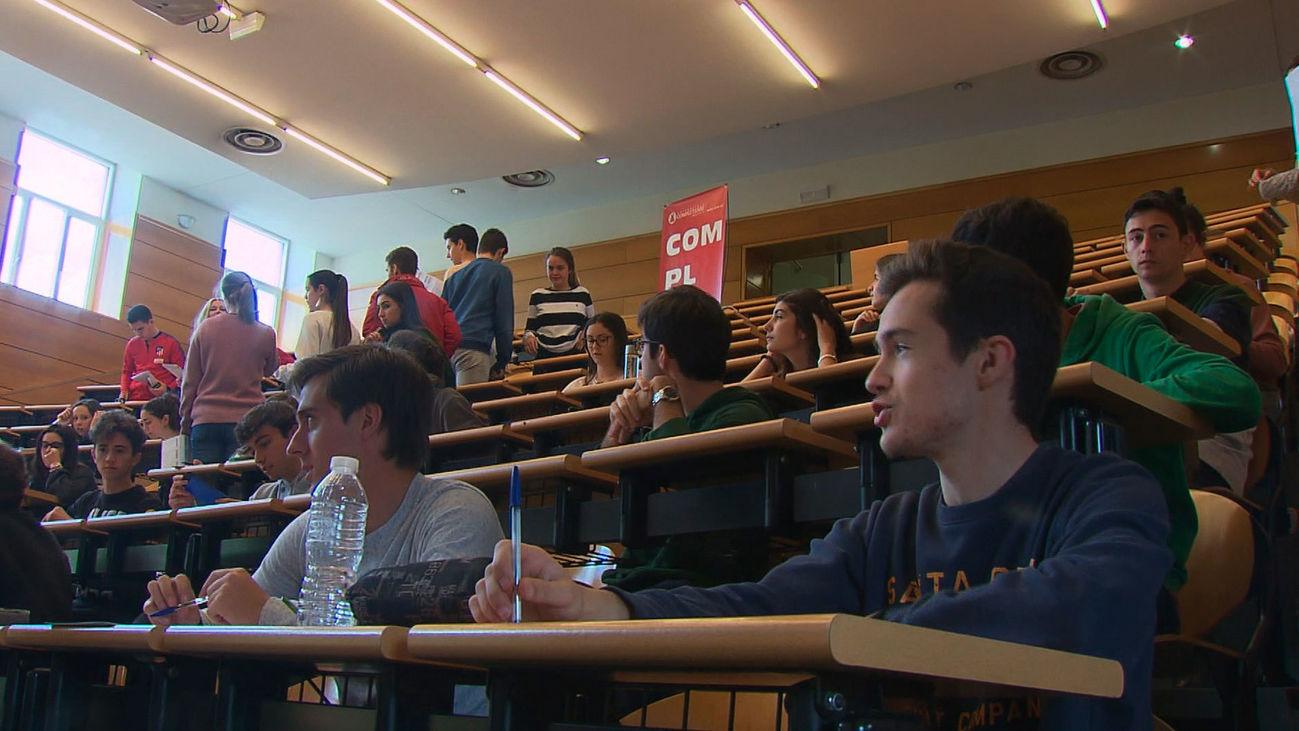 Alumnos en las pruebas de la EBAU
