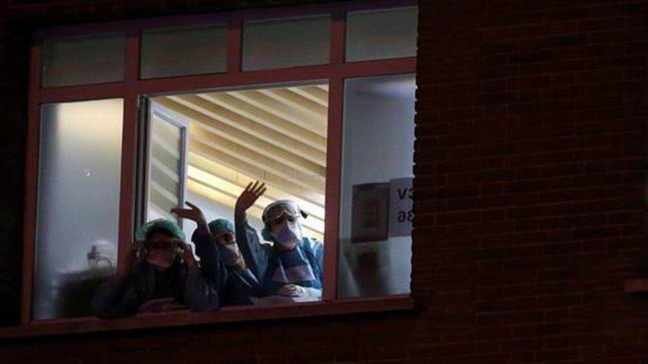 Personal sanitario de Madrid saluda desde una ventana
