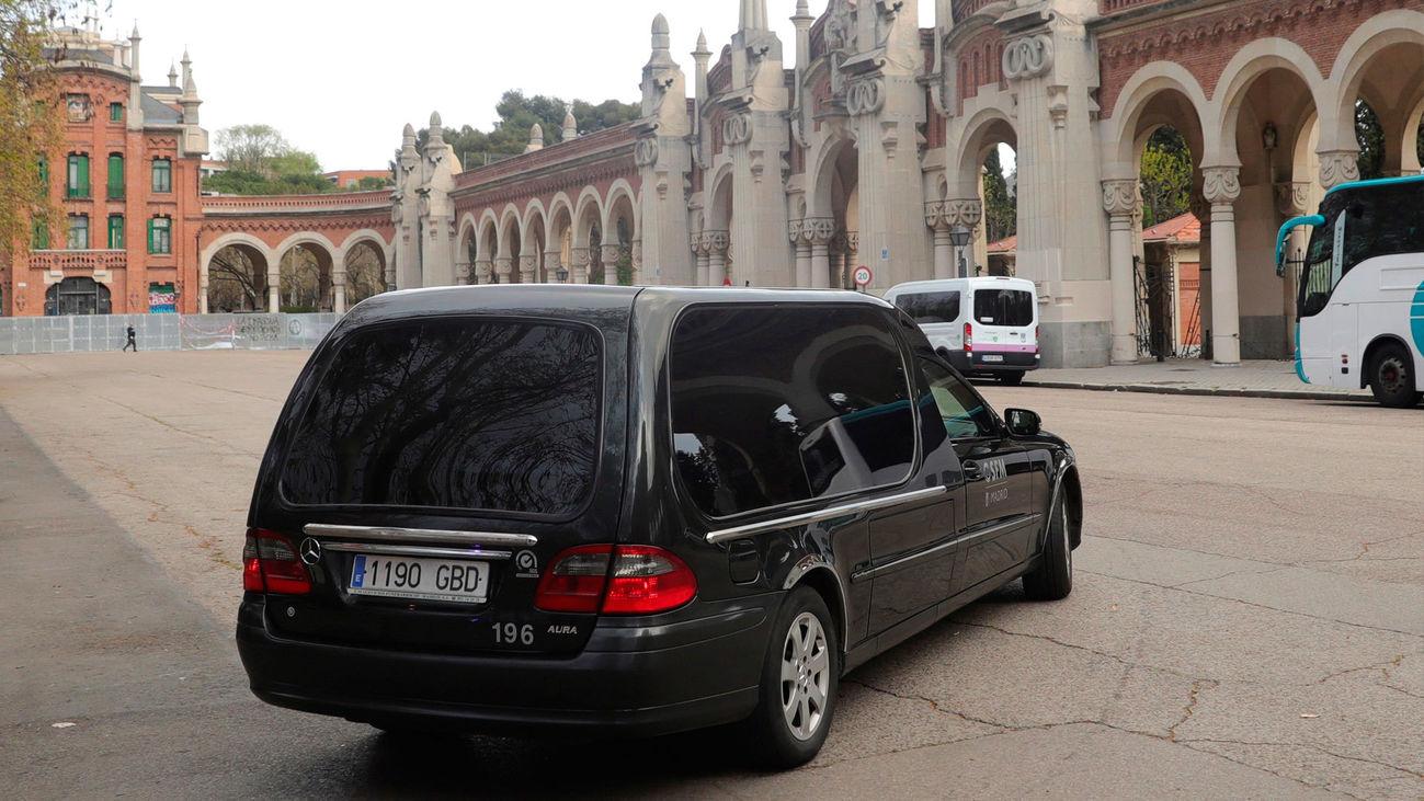 Un coche fúnebre en la entrada del cementerio de La Almudena en Madrid