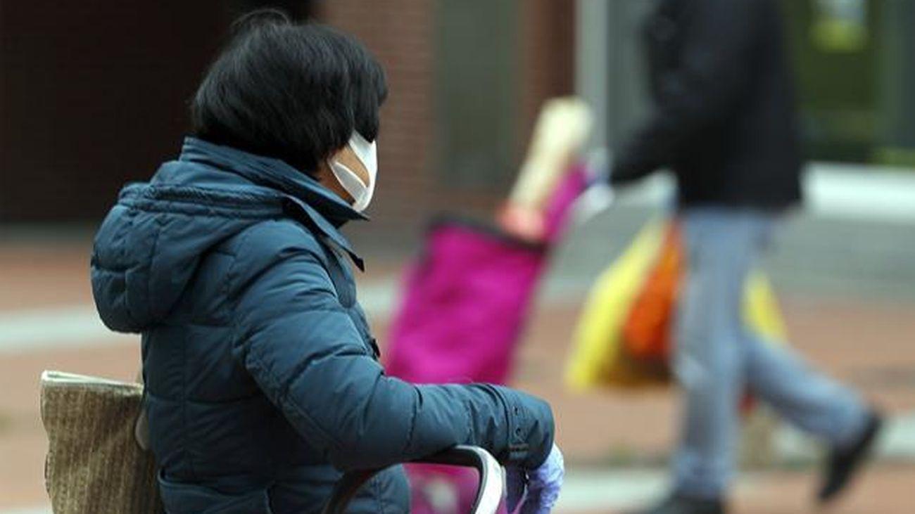 Una persona en la calle con una mascarilla
