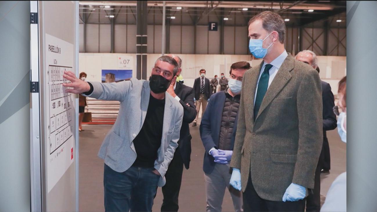 El rey Felipe VI , con mascarilla y guantes, visita el hospital de Ifema