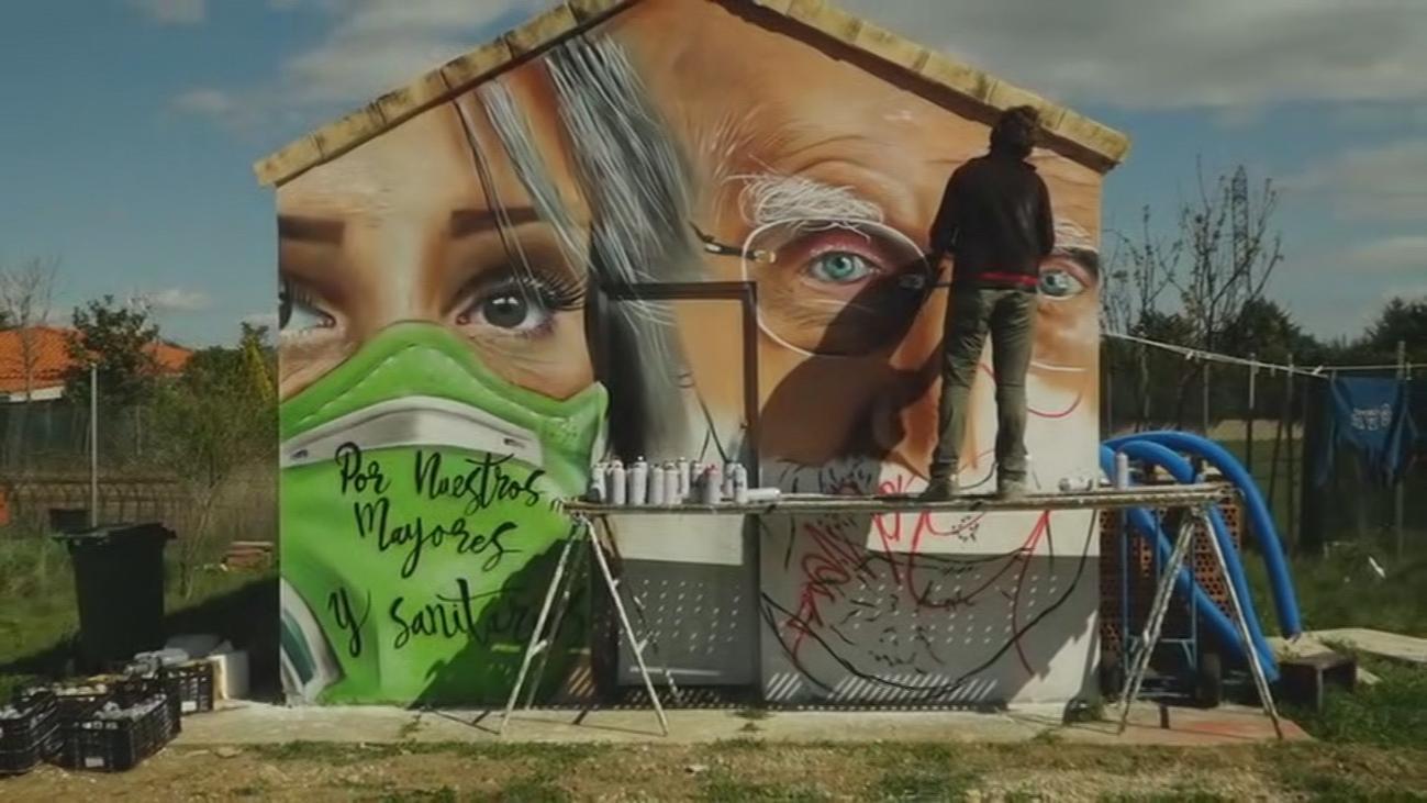 El espectacular grafitti que ha pintado David Barrera en la fachada de su casa para los sanitarios
