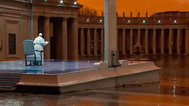El Papa bendice al mundo en una ceremonia en soledad sin precedentes por el coronavirus