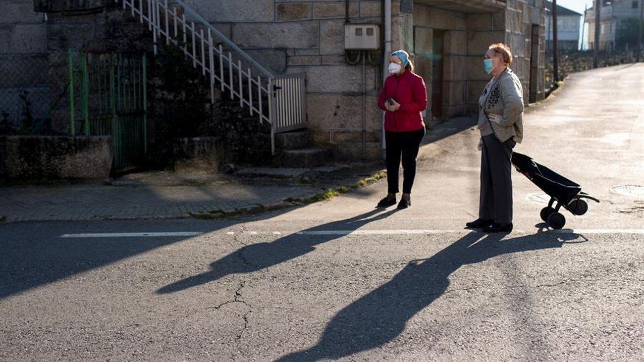 Dos personas en la calle en plena crisis sanitaria por el coronavirus