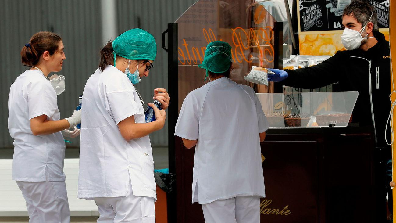 Personal sanitario durante un descanso en el exterior del hospital de Ifema