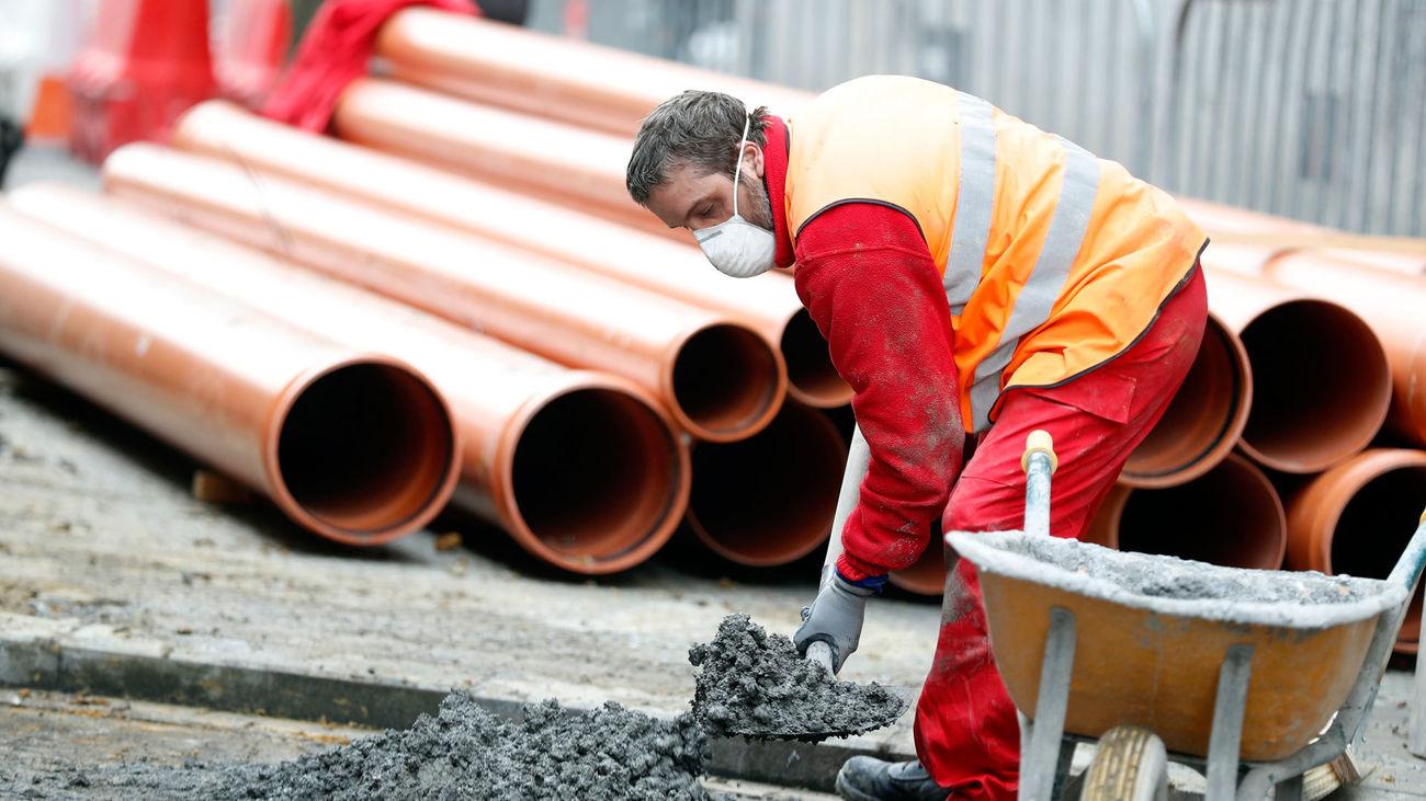 Un obrero de la construcción se protege del coronavirus con una mascarilla