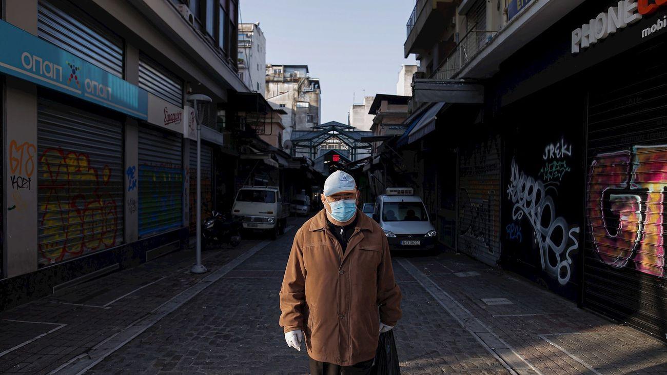 Un hombre con máscara y guantes va a la compra en Tesalónica (Grecia). El país heleno registra más de 1.000 casos y cerca de 40 fallecidos