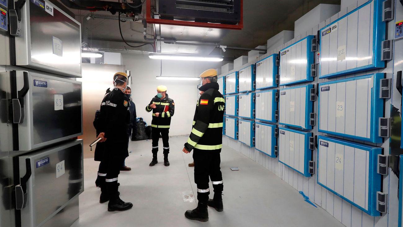 Miembros de la UME en el interior del edificio de la Ciudad de la Justicia habilitado para acoger a fallecidos por el covid-19